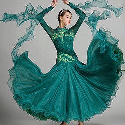 Платье для новогодних танцев: в каком цвете встречать Новый год?