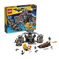 Игрушка Лего Фильм: Бэтмен (Lego Batman Movie) Нападение на Бэтпещеру, фото 1