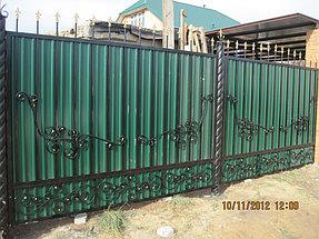 Забор решетчатый с элементами ковки, закрытый цветным профлистом.