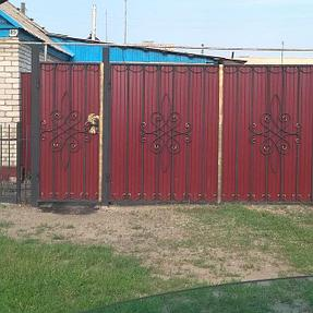 Ворота решетчатые с элементами ковки, закрытые цветным профлистом.