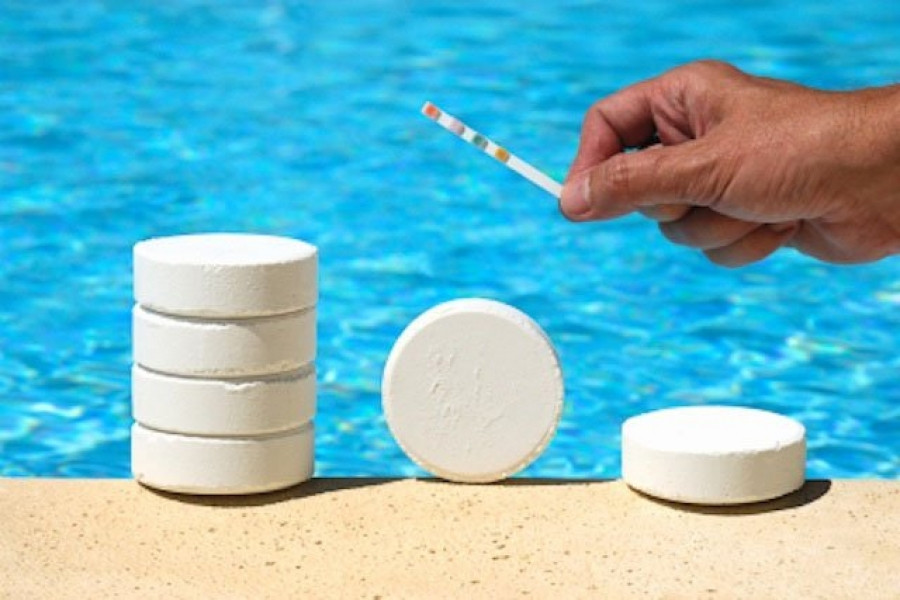 Добавление химии в бассейн