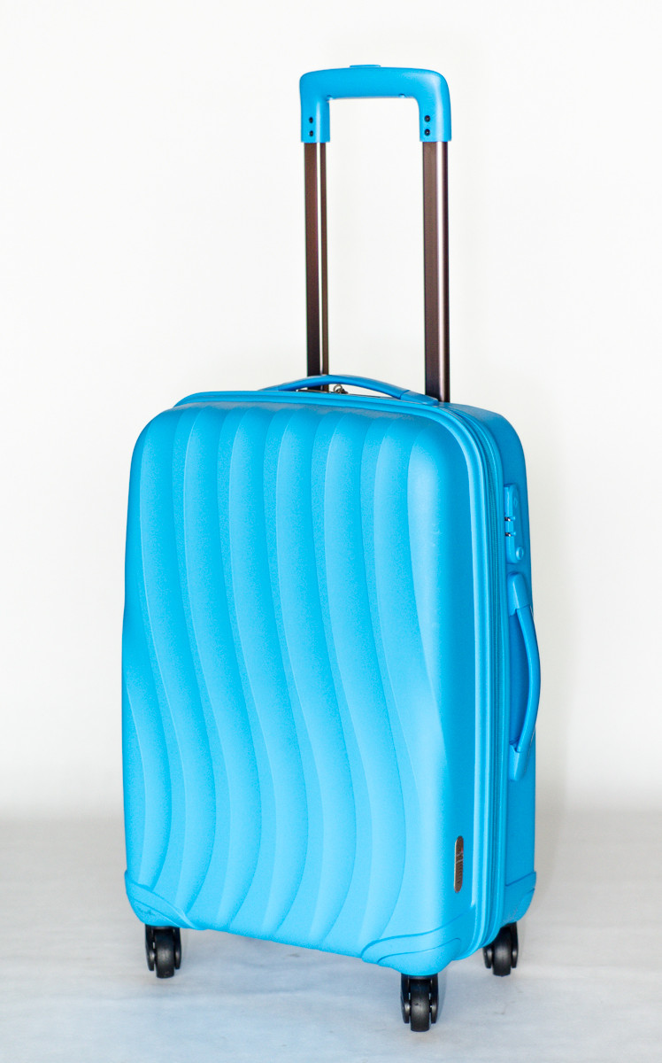 "Средний пластиковый чемодан на колесах ""Bubule"" голубого цвета"