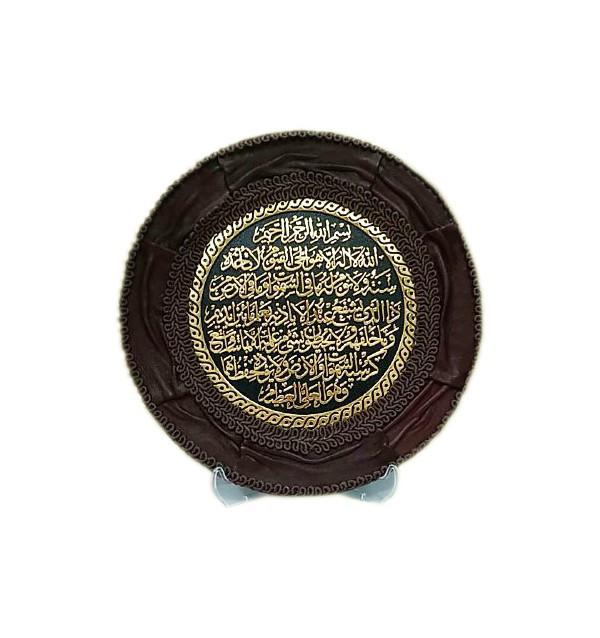 Круглый сувенир с арабской вязью и кожаной аппликацией