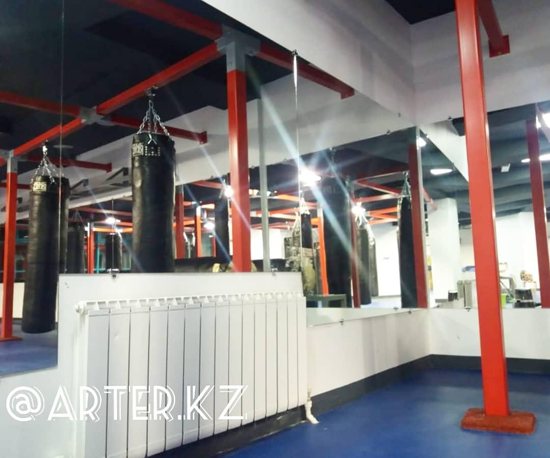 Зеркало в боксерском клубе