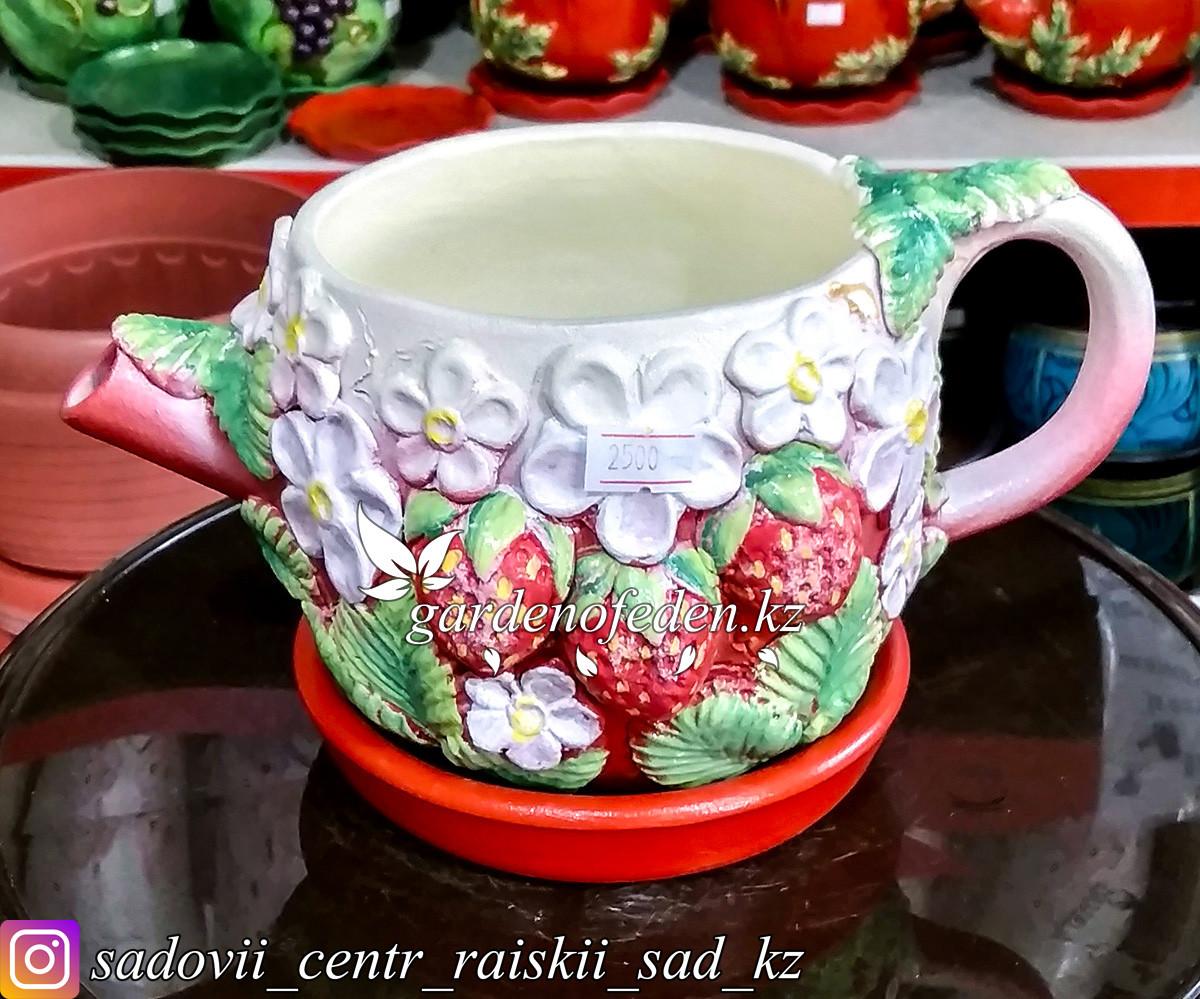Горшок керамический, декоративный (чайник). Объем: 0.5л. Цвет: Белый, узор-клубника.
