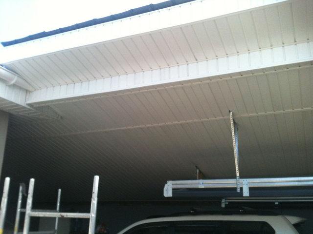 Подшили карнизы и потолок навеса для авто белым виниловым софитом.