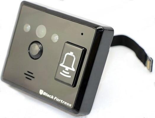 Камера видеоглазка транслирует на комплектный монитор изображение высокого качества