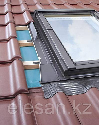 Мансардное окно Fakro с окладом для профильных покрытий в Алматы