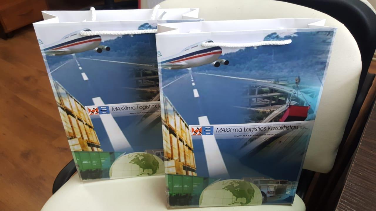 Изготовление сувенирных бумажных пакетов с логотипом по индивидуальному заказу