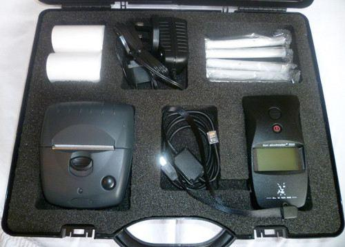 В пластиковом кейсе, в котором поставляется прибор, предусмотрены ложементы для алкотестера и его принадлежностей