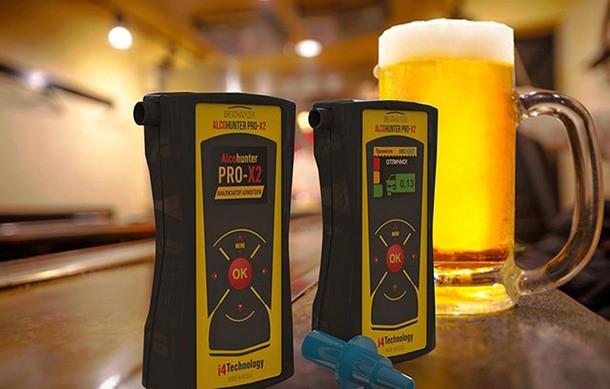 """С алкотестером """"AlcoHunter Professional X2"""" вы всегда будете знать, можно ли садиться за руль, даже если недавно выпили пару кружек пива"""