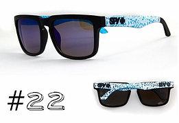 Солнцезащитные очки SPY+ Helm, черная оправа, бело-голубые дужки.
