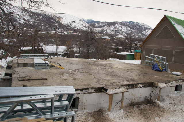 Фундамент будущего дома был тщательно очищен от снега и наледи.