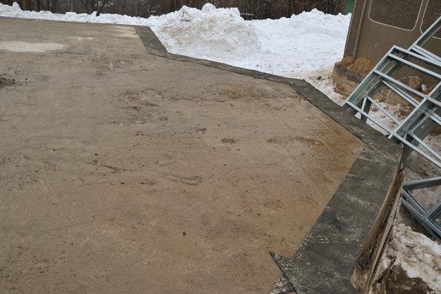 После основательной очистки фундамента была наклеена гидроизоляция в местах установки стеновых панелей.