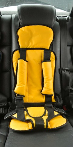 Бескаркасное детское автокресло Берри желтый цвет