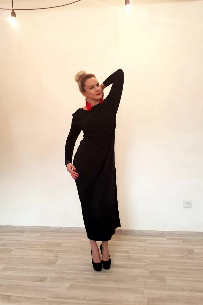 Платье трикотажное с длинными рукавами ассиметричное - фото 1