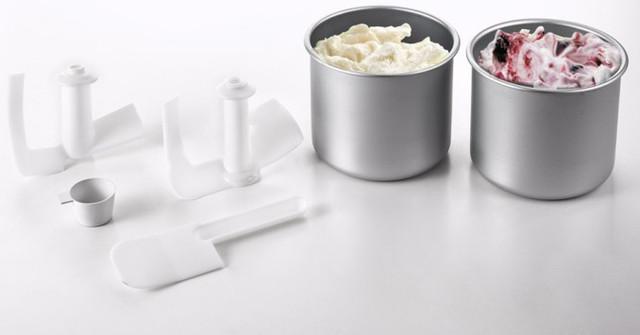 В комплекте идут 2 чаши, мерный стаканчик, лопатки для перемешивания и ложка для выемки готового продукта