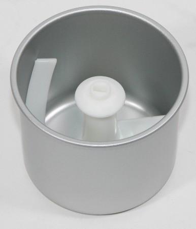 Тщательное перемешивание ингредиентов осуществляется пластиковой лопаткой, соскребающей намерзшие слои со стенок чаши