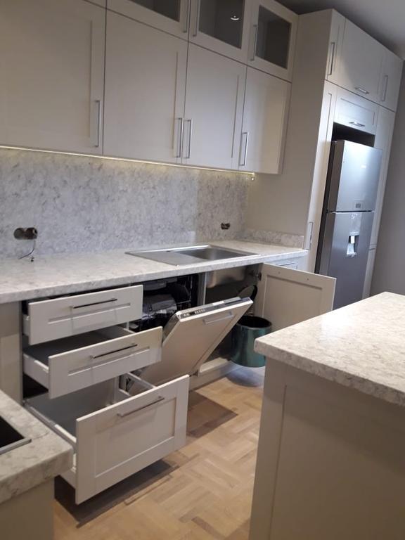 Кухня сделанная на заказ из ДСП со встраиваемой бытовой техникой