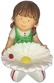 Девочка сидит с цветком поилка