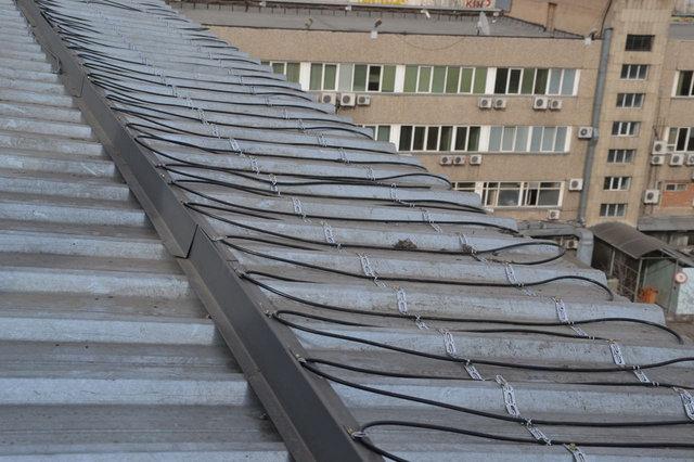 Для обогрева крыши используется кабель DEVI (Дания) - стойкий к ультрафиолету, и большому перепаду температур.