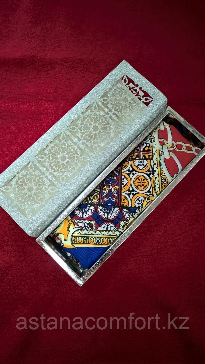 Женский шейный платок в подарочной коробке.
