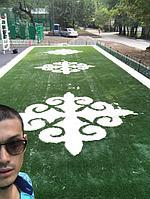 Укладка искусственного газона спортивный 4см и декоративный  с казахскими орнаментами в городе Алматы (Турксибский район) 12