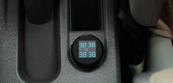 Основной блок комплекта вставляется в разъем прикуривателя авто, не требуя прокладки проводов и не занимая места на приборной панели