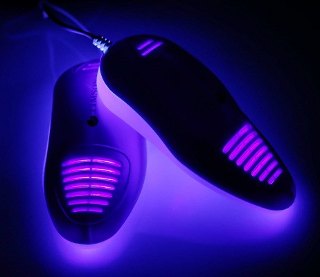 Работа встроенных в сушилку УФ-излучателей хорошо заметна в темноте (нажмите на фото для увеличения)