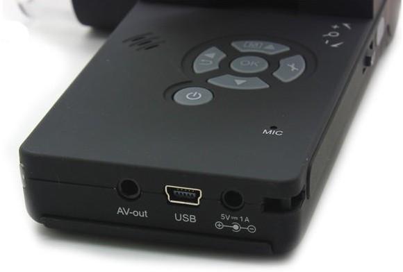 На нижнем торце микроскопа располагаются (слева направо): разъем для подключения к внешнему монитору, USB-порт и гнездо для адаптера питания