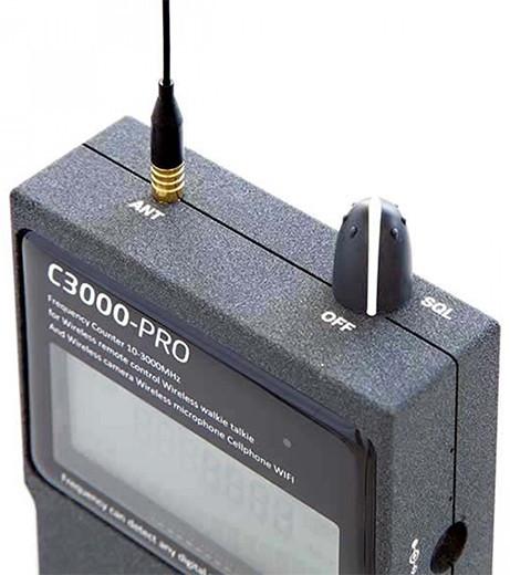 На верхней панели устройства располагаются: всенаправленная антенна и многофункциональный регулятор