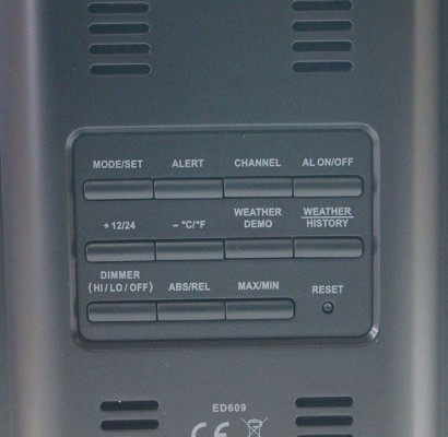 Кнопки управления метеостанцией сосредоточены на задней панели ее корпуса