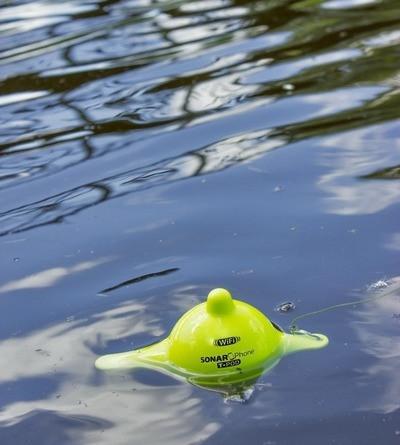 """Эхолот """"Vexilar SONARPHONE SP100""""  плавает на воде и сканирует дно водоема"""
