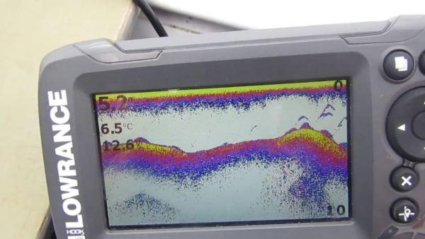 Наряду с рельефом дна на экране эхолота Lowrance HOOK2-4x GPS Bullet отображается числовое значение глубины, температуры и напряжения питания