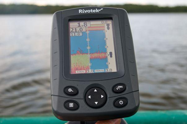 Помимо отсканированного изображения на экране эхолота Rivotek Fisher 51 отображается температура, глубина и напряжение бортовой сети