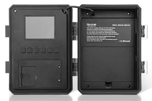 Слева — панель управления с дисплеем и функциональными клавишами, справа — батарейный отсек на 12 элементов питания