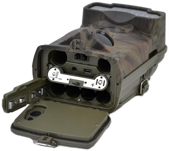 Фотоловушка имеет батарейный отсек на 12 элементов питания типа АА