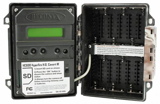 Слева находится 2-строчный LCD-дисплей и органы управления, справа — батарейный отсек на 12 элементов питания типа АА