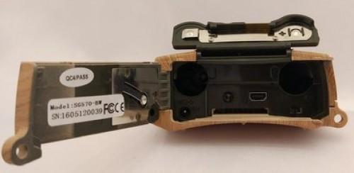 Чтобы получить доступ к батарейному отсеку или имеющимся разъемам, достаточно лишь откинуть фиксирующую крышку