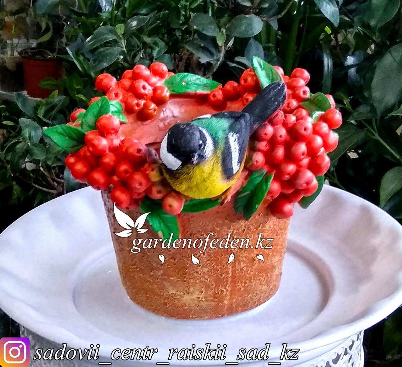 """Садовая фигура """"Попугай на ведерке с ягодами"""", высота: см. Материал: Полистоун."""