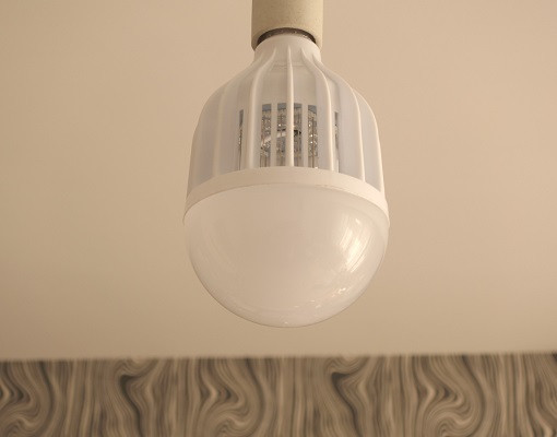 Устанавливается устройство тоже точно так же, как и обычная лампочка (нажмите на фото для увеличения)
