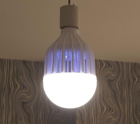 Работающая в режиме уничтожителя лампа излучает приятный глазу мягкий свет голубоватого оттенка (нажмите на фото для увеличения)