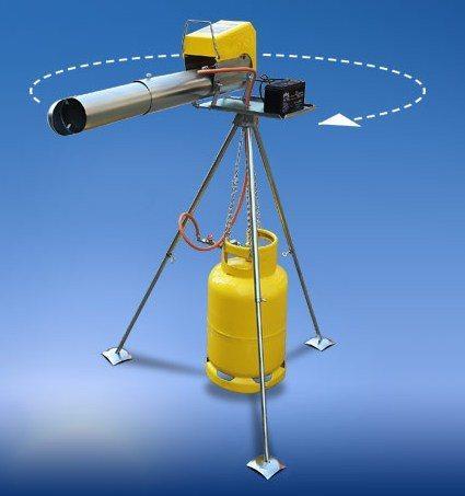 """Гром-пушка, установленная на поворотной площадке треноги, автоматически поворачивается на угол 40-60 градусов после каждого """"выстрела"""""""