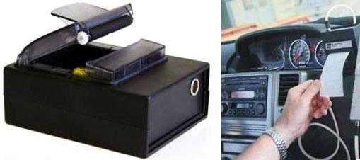 """Благодаря компактным размерам внешнего принтера анализатора алкоголя """"АКПЭ-01М"""", его  можно встроить  в переднюю панель автомобиля или распечатывать протоколы на капоте автомобиля"""