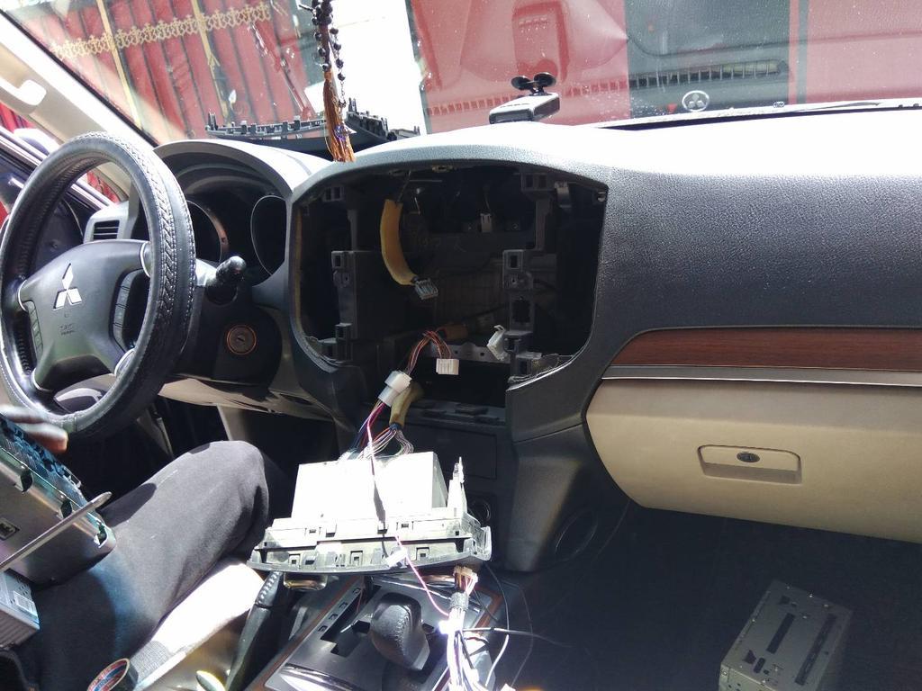 Полный демонтаж штатной автомагнитолы Mitsubishi pajero4 подготовка к подключению автомагнитолы под управлением Android