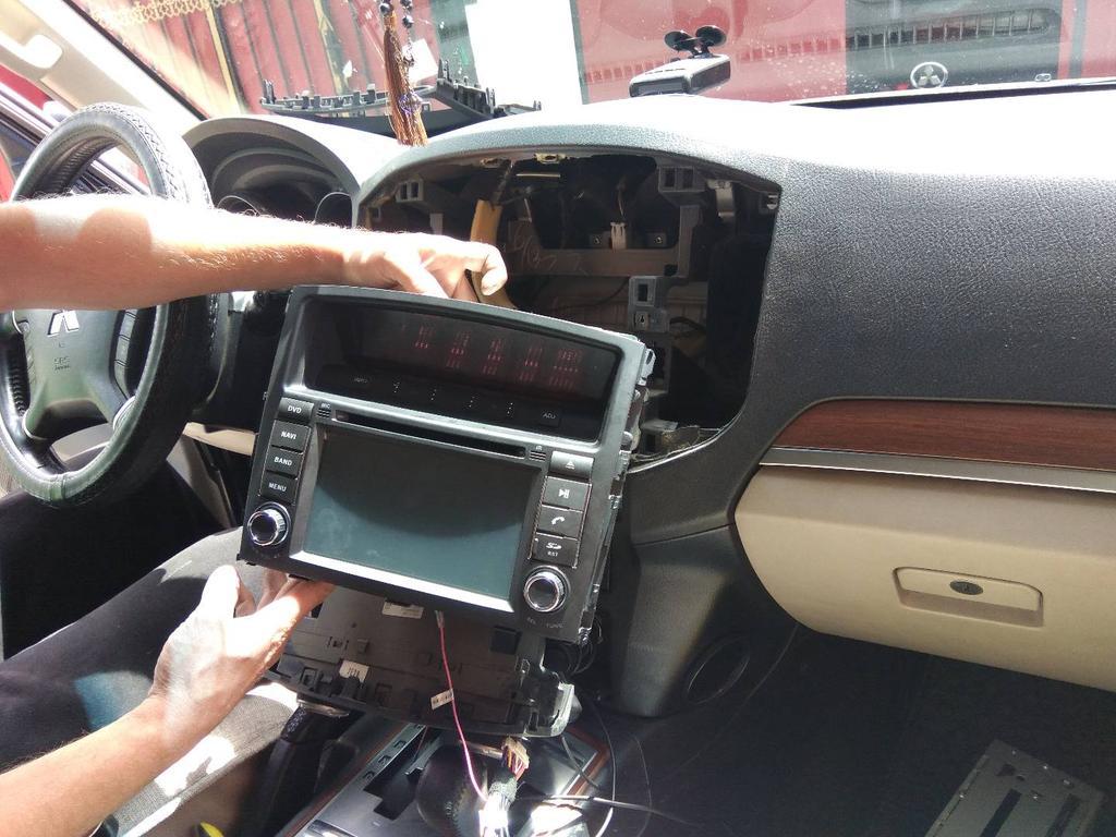 Процесс установки штатной автомагнитолы на базе Android для автомобиля Mitsubishi pajero4