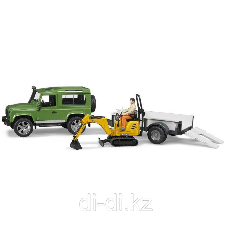 Внедорожник Land Rover Defender c прицепом-платформой, гусеничным мини экскаватором 8010 CTS и рабочим