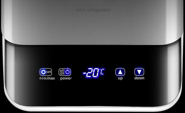 Устройство имеет яркий дисплей для индикации температуры и сенсорную панель управления