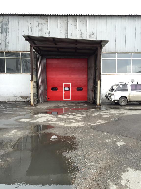 Промышленные ворота на заводе.