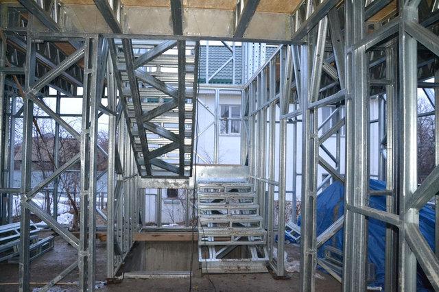 11-й день работы завершили возведение лестничных маршей и площадок из подвала до мансардного этажа.